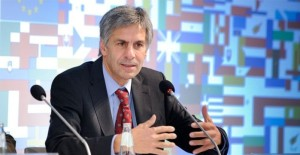 Europarlamentare ed esperto in materia di iniziative popolari e referendum
