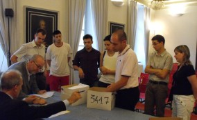 Il momento della consegna delle firme a Palazzo Trentini, sede del Consiglio Regionale